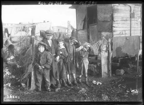 Les_enfants_de_la_zone_(Ivry,_1913).jpg
